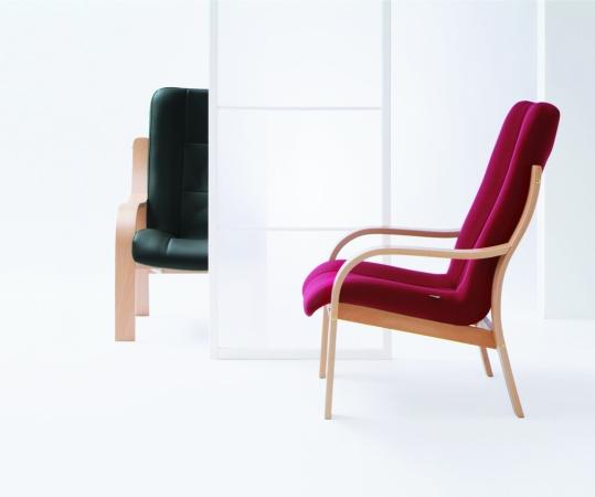 gepolsterter holzst hle mit armlehnen von. Black Bedroom Furniture Sets. Home Design Ideas